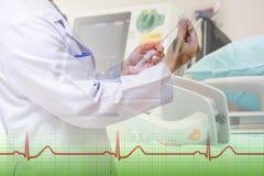 Doktorgebrauchsnadel und ekg Monitor lizenzfreies stockfoto