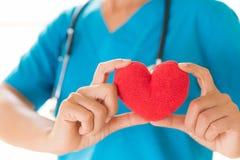 Doktorhände, die rotes Herz halten Gesundheitswesen und medizinisches Konzept lizenzfreies stockfoto