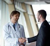 Doktorhändedruck mit einem Patienten stockfotografie