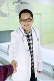 Doktorhändedruck mit seinem Patienten im Krankenhaus lizenzfreies stockfoto