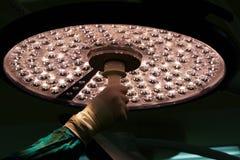 Doktorhand, die chirurgische Lampe hält und justiert lizenzfreie stockbilder