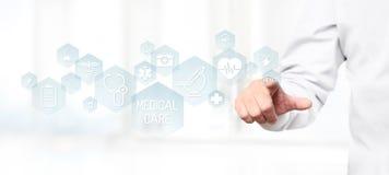Doktorhand, die medizinische Ikonen auf Schirm berührt stockfotos