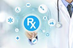 Doktorhand, die Rx-Zeichen berührt Lizenzfreies Stockbild