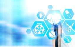 Doktorhand mit Medizinikonen Lizenzfreies Stockfoto
