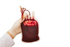 Doktorhandzupacken die Bluttransfusion stockfoto
