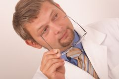 Doktorholdingbrillen lizenzfreie stockbilder