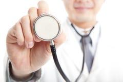 Doktorholdingstethoskop Lizenzfreies Stockfoto