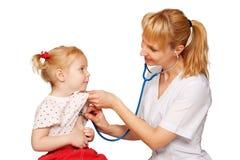 Doktorkinderarzt, der zum Inneren des Kindes hört Lizenzfreies Stockbild