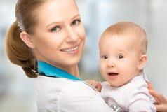 Doktorkinderarzt und geduldiges glückliches Kinderbaby Stockbilder