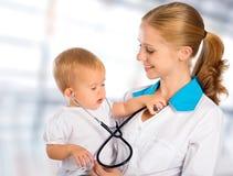 Doktorkinderarzt und geduldiges glückliches Kinderbaby Stockfotos