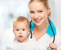 Doktorkinderarzt und geduldiges glückliches Kinderbaby Lizenzfreie Stockfotos