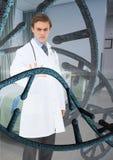Doktormann, der auf DNA-Stränge 3D einwirkt Stockbild