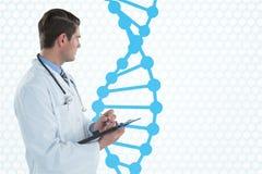 Doktormann, der einen Ordner mit DNA-Strang hält Lizenzfreies Stockbild
