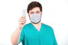 Doktormann, der Tablette auf weißem Hintergrund hält Lizenzfreie Stockfotos
