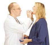 Doktorn applicerar tålmodign en mouthguard Royaltyfri Foto