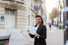 Doktorn av ekonomiska vetenskaper försvarade tesen, lycklig flickarejoicin arkivfoto