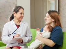 Doktorn av ordinerar till nyfött behandla som ett barn läkarbehandlingen Arkivfoto