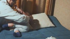 Doktorn besöker behandla som ett barnpatienten hemma behandla som ett barn stetoskopet lager videofilmer