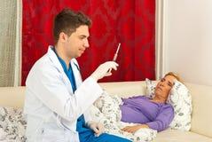 doktorn förbereder den höga sjuka injektionssprutan royaltyfria bilder