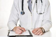 Doktorn fyller den medicinska historien royaltyfri bild