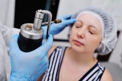 Doktorn gör den tålmodiga Cryomassagen Arkivfoto