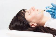 Doktorn gör en injektion av blodplasma för att förbättra kvaliteten av huden på framsidan och mot akne, skrynklor royaltyfri fotografi