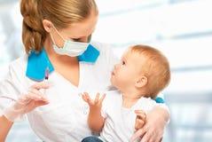 Doktorn gör injektionbarnet som vaccineringen behandla som ett barn Royaltyfri Foto