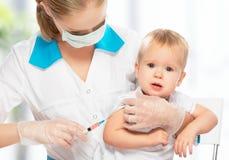 Doktorn gör injektionbarnet som vaccineringen behandla som ett barn Royaltyfria Bilder