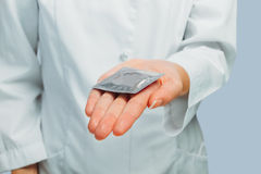 Doktorn ger kondomen Royaltyfri Bild