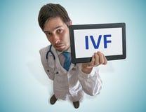 Doktorn ger rådgivning för in vitro fertilisation IVF arkivbilder