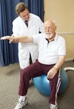 doktorn ger sjukgymnastik Royaltyfri Fotografi