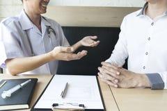 Doktorn gjorde en överenskommelse med patienter med högt blodtryck att underhålla hälsa royaltyfria bilder