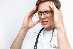 Doktorn gjorde ett fel, ångern av en ung student, på en vit bakgrund royaltyfri fotografi