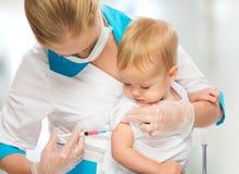Doktorn gör injektionbarnet som vaccineringen behandla som ett barn Royaltyfri Bild