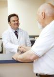 doktorn hälsar tålmodign Fotografering för Bildbyråer
