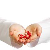 doktorn hands henne som rymmer många pills royaltyfri fotografi