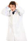 doktorn hands huvudet hans stöt holding royaltyfria foton