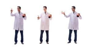Doktorn i begrepp för bloddonation som isoleras på vit arkivfoton