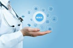 Doktorn i hand visar innovativ medicinsk vård arkivfoton