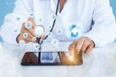 Doktorn i provet för globalt nätverk, diagnostik royaltyfria bilder