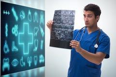 Doktorn i telemedicinebegreppet som ser röntgenstrålebild royaltyfri illustrationer