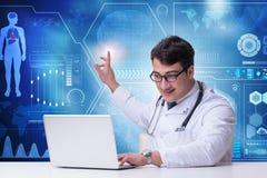 Doktorn i trängande knapp för telemedicinebegrepp royaltyfri bild