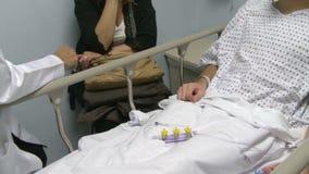 Doktorn konsulterar med patient (7 av 11) stock video