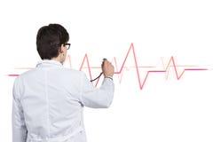 Doktorn lyssnar pulsen Arkivbild