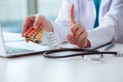 Doktorn med ordinerade mediciner i medicinskt begrepp Royaltyfri Bild