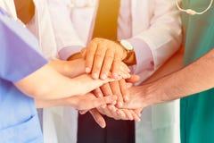 Doktorn och den medicinska handen sammanfogar tillsammans teamwork royaltyfri bild