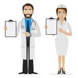 Doktorn och sjuksköterskan specificerar på form arkivfoton