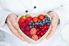 Doktorn och stetoskopet med sund hjärta bantar abstrakt medicinbegrepp för mat fotografering för bildbyråer