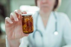 Doktorn rekommenderar generiska droger arkivbild