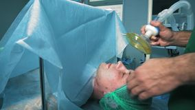 Doktorn satte syremaskeringen p? en patient lager videofilmer